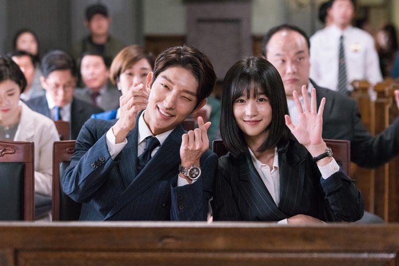 """เปิดภาพความน่ารักของคู่ """"อีจุนกิ - ซอเยจี"""" ในกองถ่ายซีรีส์ Lawless ..."""